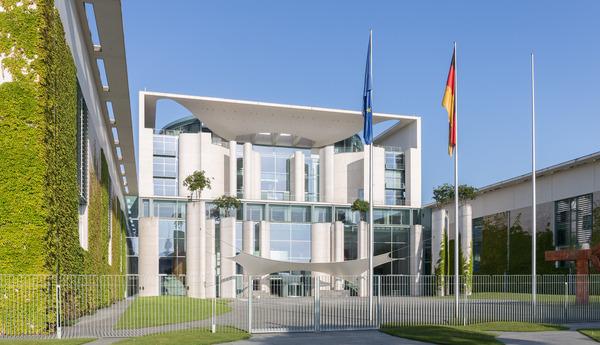 150515_Bundeskanzleramt_Berlin_Ostseite.jpg(© Ansgar Koreng / Wikimedia Commons - CC BY 3.0 DE, https://creativecommons.org/licenses/by/3.0/de/deed.de)
