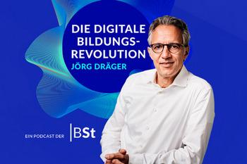 """Foto von Jörg Dräger vor dem Logo seines Podcasts """"Die digitale Bildungsrevolution"""""""