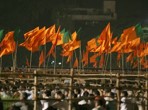 Grafik_Indiens rechtspopulistische Partei BJP und Shiv Sena in Mumbai_20160511.jpg(© Al Jazeera English / Flickr - CC BY-SA 2.0, https://creativecommons.org/licenses/by-sa/2.0/)