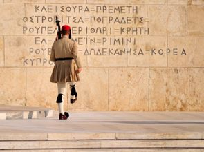 Wachabloesung_Griechisches_Parlament_5180684011_351fd774e4_o.jpg(© llee_wu / Flickr - CC BY-ND 2.0, https://creativecommons.org/licenses/by-nd/2.0/)