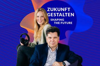 """Malva Sucker und Jochen Arntz, die Moderator:innen unseres Podcasts """"Zukunft gestalten"""", vor dem Logo des Podcasts."""