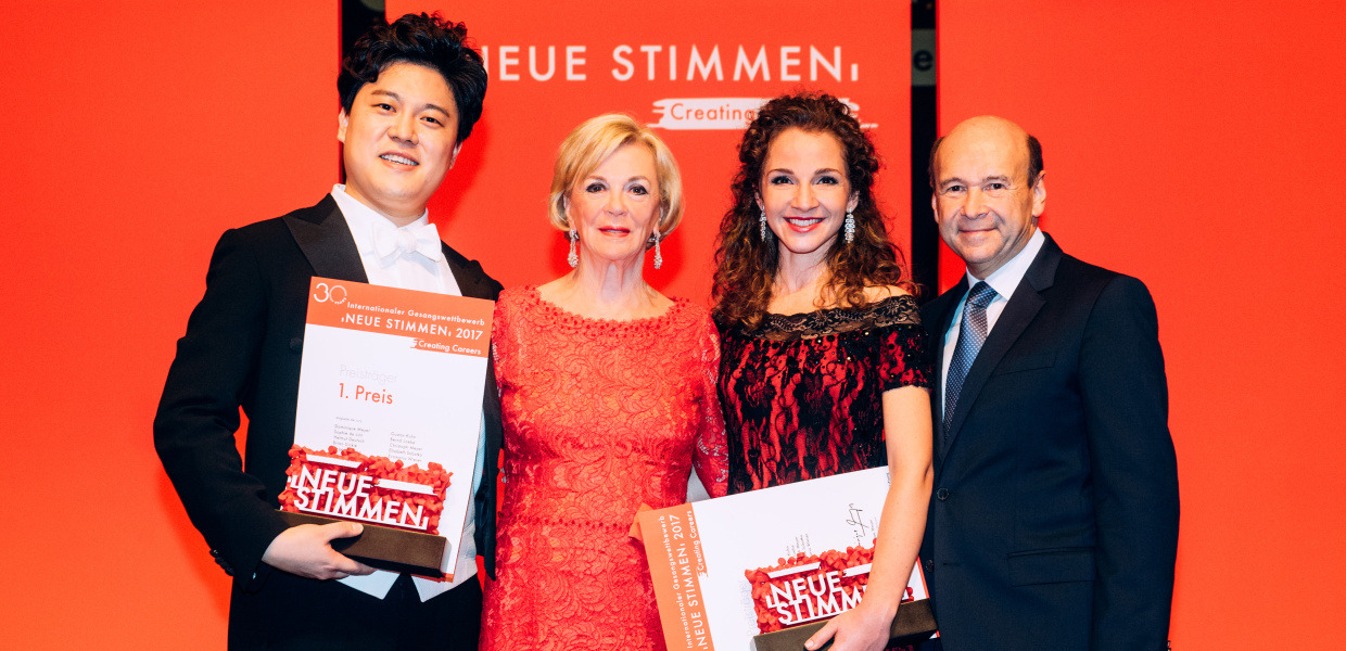 Mezzo-Soprano Svetlina Stoyanova from Bulgaria and Bass Cho ChanHee from South Korea, winner of 2017 NEUE STIMMEN, with Liz Mohn and Dominique Meyer, chairman of the jury.