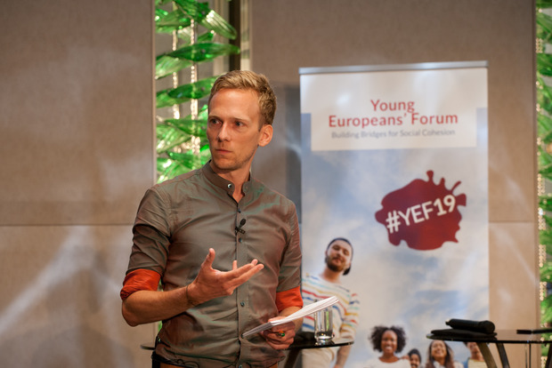 Hanno Burmester holding the key note speech at the YEF19