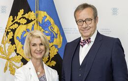 Portrait photo of Brigitte Mohn, member of the Bertelsmann Stiftung Executive Board, and Toomas Hendrik Ilves, former President of Estonia and recipient of the 2017 Reinhard Mohn Prize.