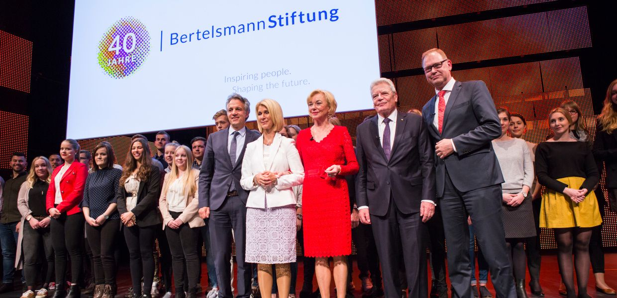 Group photo with the members of the Bertelsmann Stiftung Executive Board, the former German President Joachim Gauck and the Bertelsmann's trainees.
