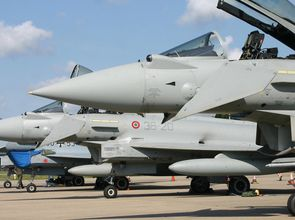 Eurofighter_Typhoon_line_up_(6204931101)_fuerWeb_ver2.jpg(© Alan Wilson / Wikimedia Commons - © CC BY-SA 2.0, http://creativecommons.org/licenses/by-sa/2.0/deed.de)
