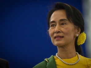 Foto: Claude Truong-Ngoc/Wikimedia Commons © CC BY-SA 3.0 http://creativecommons.org/licenses/by-sa/3.0/deed.en Friedensnobelpreisträgerin Aung San Suu Kyi, Oppositionsführerin in Myanmar Foto für Pressemeldung vom 23.01.2014: Auf dem Weg zur Demokrat