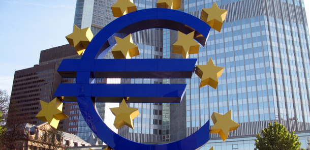 Euro_Symbo_outside_ECB(© Bobby Hidy / MPD01605 / flickr.com - CC BY-SA 2.0, https://creativecommons.org/licenses/by-sa/2.0/)