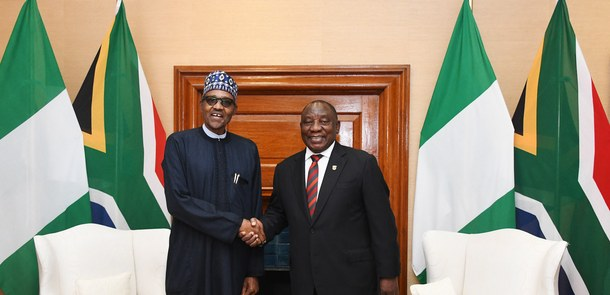 Heads of government Ramaphosa (South Africa) and Buhari (Nigeria) shake hands.