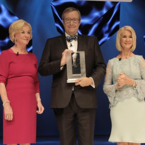 Toomas Hendrik Ilves with the Reinhard Mon Prize 2017, Liz Mohn and Brigutte Mohn