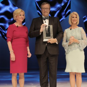 Toomas Hendrik Ilves with the Reinhard Mohn Prize 2017, Liz Mohn and Brigitte Mohn