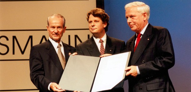 Reinhard Mohn hands out the Carl Bertelsmann Prize 1997 to Lodewijk de Waal and Hans Blankert.