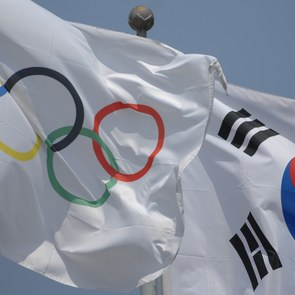 Olympic flag and South Korean flag. Photo by Anja Johnson via Wikimedia Commons.